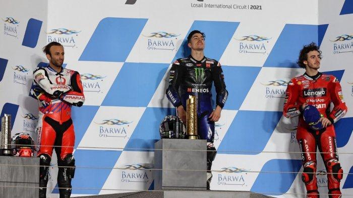 Pebalap Monster Energy Yamaha Maverick Vinales (tegah), pebalap Pramac Racing Johann Zarco (kiri) dan pebalap Ducati Lenovo Francesco Bagnaia meraih podium di motoGP Qatar, Minggu (28/3/2021).