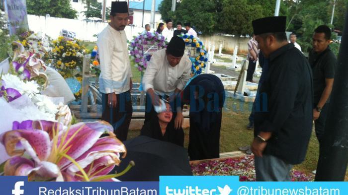 Putri HM Sani Enggan Tinggal Pusara Usai Berdoa di Pemakaman Minggu Sore
