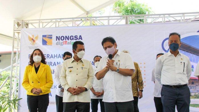 Menko Perekonomian Airlangga Hartarto didampingi Gubernur Kepri Ansar Ahmad saat berkunjung ke Kota Batam, Sabtu (12/6).