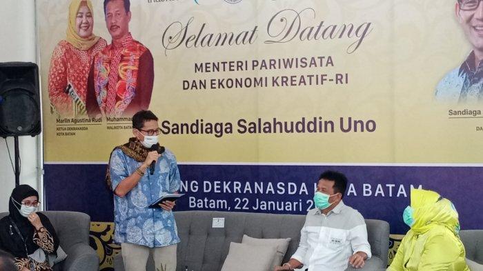 Menparekraf Sandiaga Uno ke Batam, Pakai Batik Khas Batam, Puji Hasil Karya Anak Daerah. Foto Menparekraf Sandiaga Uno saat berbincang dengan Wali kota Batam dan istri Marlin Agustina di Gedung Dekranasda Batam, Jumat (22/1/2021).