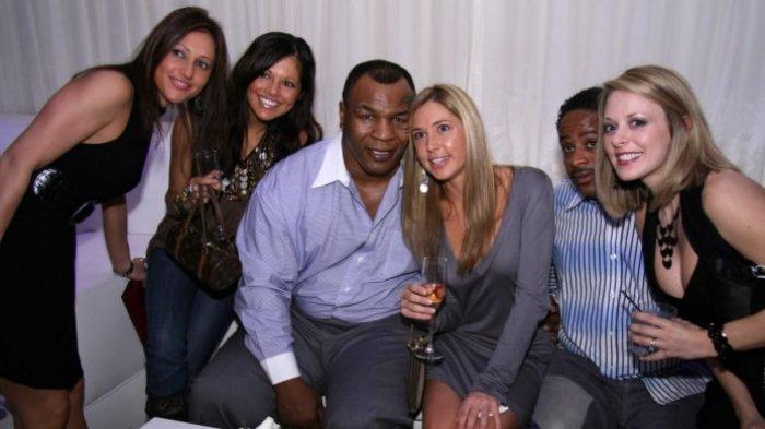Mike Tyson bersama para wanita dalam sebuah momen