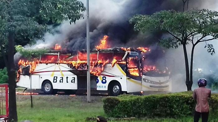 Kebakaran Bus Pariwisata akibat Hubungan Arus Pendek, Sopir Ditahan?