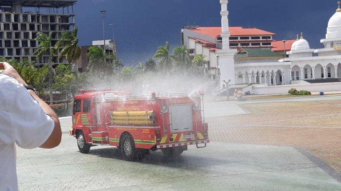 Mobil Pemadam Kebakaran Semprot Disinfektan di Sejumlah Fasilitas Umum di Batam