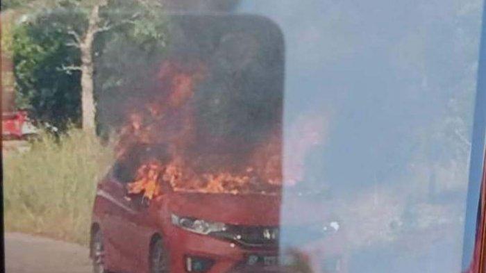 BREAKINGNEWS - Mobil Honda Jazz Terbakar di Simpang Kabil Batam