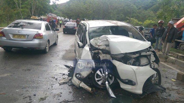Belum Tahu Sebabnya, Mobil Avanza Putih Ini Alami Kecelakaan di Bukit Daeng, Muka Kuning