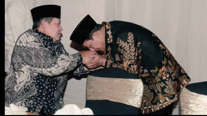 Jenderal (Purn) Moeldoko tampak cium tangan Jenderal (Purn) Susilo Bambang Yudhoyono