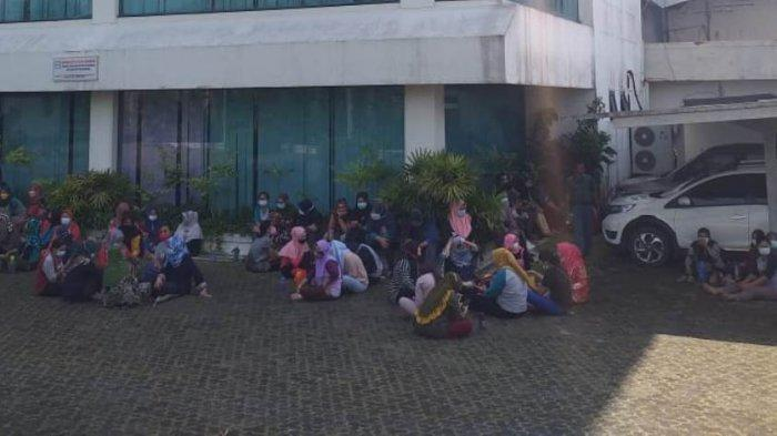 MOGOK KERJA - Pekerja PT Swakarya Indah Busana (SIB) di Tanjungpinang menggelar aksi mogok kerja, Jumat (30/7/2021).