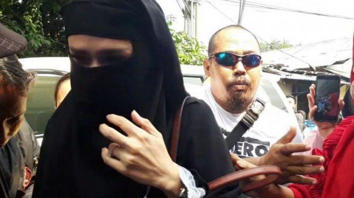 Mulan Jameela Jadi Sorotan, Tampil Bercadar Saat Jenguk Ahmad Dhani, Bawa Dua Anaknya ke Rutan