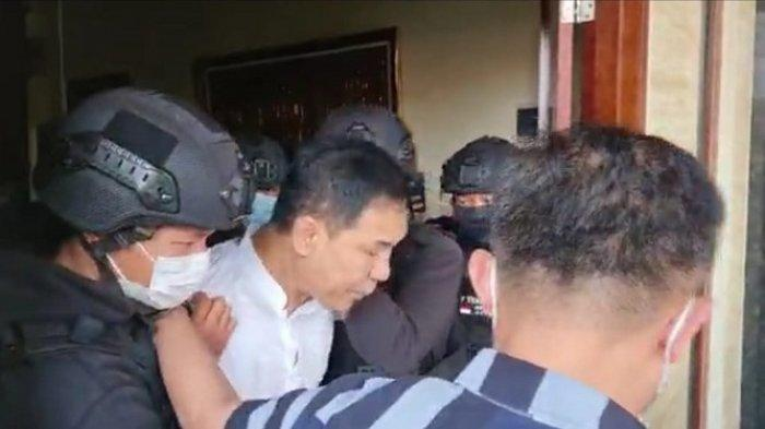 Eks Sekretaris Umum FPI Munarman ditangkap Densus 88 Antiteror Polri atas dugaan tindak pidana terorisme, Selasa (27/4/2021)