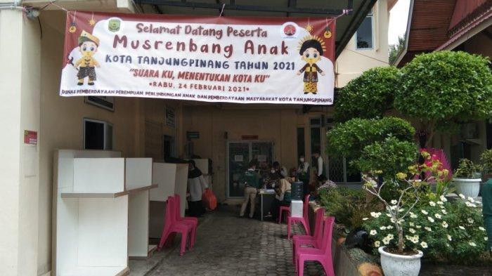 Sejumlah anak yang tergabung dalam Forum Anak Kota Tanjungpinang didampingi DP3APM Kota Tanjungpinang dan Bapelitbang Kota Tanjungpinang.