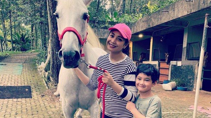 Nagita Slavina Ketahuan Pakai Topi Mahal saat Bawa Kuda untuk Rafathar, Harganya Bikin Insecure