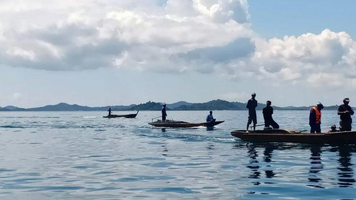 Satpolairud Polres Lingga bersama warga setempat sedang mencari nelayan Desa Tajur Biru, Kecamatan Temiang Pesisir, Kabupaten Lingga yang hilang, Rabu (21/4/2021).
