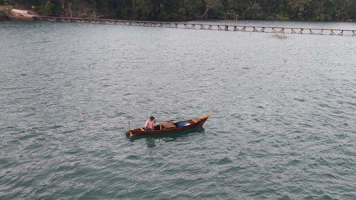 CUACA Lingga Hari Ini, BMKG Kelas III Dabo Minta Warga Waspada Angin Kencang. Foto nelayan Lingga saat beraktivitas di perairan sekitar Jagoh, Penuba. Foto diambil belum lama ini.