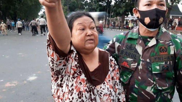 Roslina warga jalan RE Martadinata, Kota Jambi, marah pada polisi karena gas air mata masuk ke pemukiman saat demonstrasi penolakan Omnibus Law rusuh, pada Selasa (20/10/2020) sore.  Artikel ini telah tayang di Kompas.com dengan judul