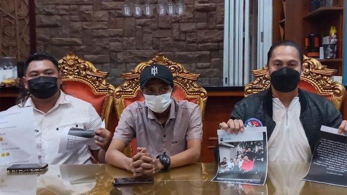 Abdul Malik, pria yang melaporkan Nikita Mirzani bersama Kuasa Hukumnya, Alexander Kilikily dalam jumpa persnya di kawasan Jati Asih, Bekasi, Jawa Barat, Selasa (10/8/2021).