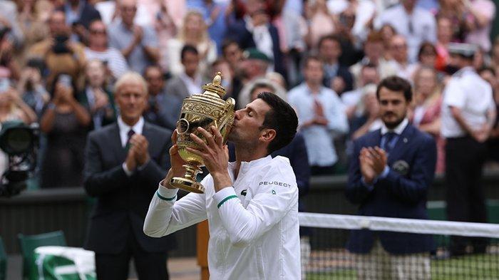 Petenis Kroasia Novak Djokovic juara Wimbledon 2021 setelah mengalahkan petenis Italia Matteo Berrettini di final, Minggu (11/7/2021) malam waktu setempat.