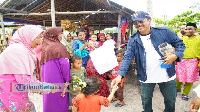 Gubernur Kepri Nurdin Basirun Borong dan Bagikan Telor Rebus