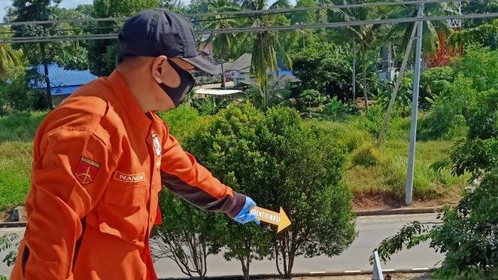 POLRES KARIMUN - Anggota Polres Karimun saat olah TKP seorang pria yang tewas tersengat listrik ketika hendak memasang kanopi, Selaas (1/12).