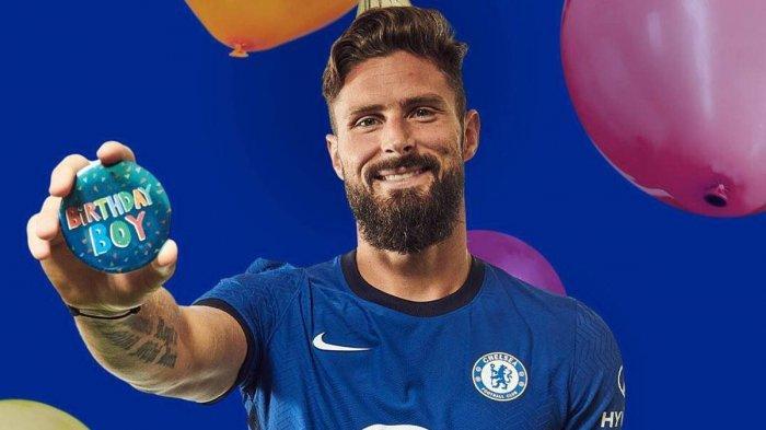 Olivier Giroud saat mendapat ucapan selamat ulang tahun dari Chelsea FC