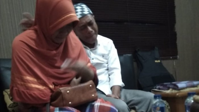 BREAKINGNEWS: Kasus Penelantaran Anak! Orangtua Rahman-Akbar Tiba di Batam, Keduanya Menangis