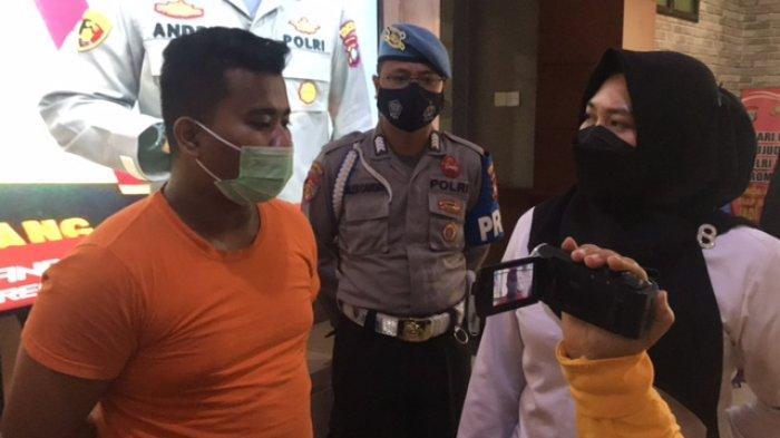 Salah satu pelaku pemalsu surat GeNose C-19 di Bandara Hangnadim Batam saat ekspose perkara di Polresta Barelang