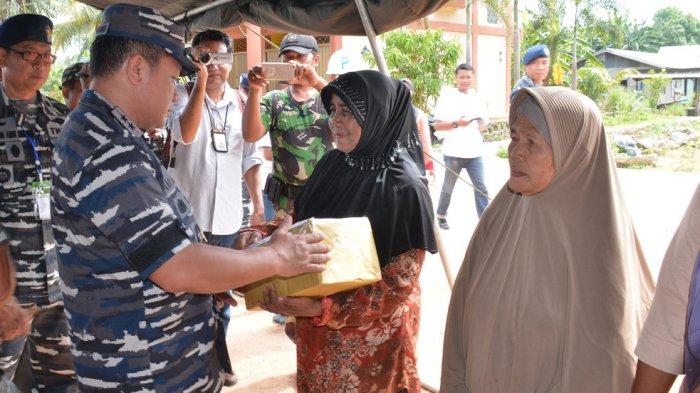 Usai Latihan Tempur, Koarmabar Bagi-bagi Sembako dan Barsihkan Kampung Nelayan