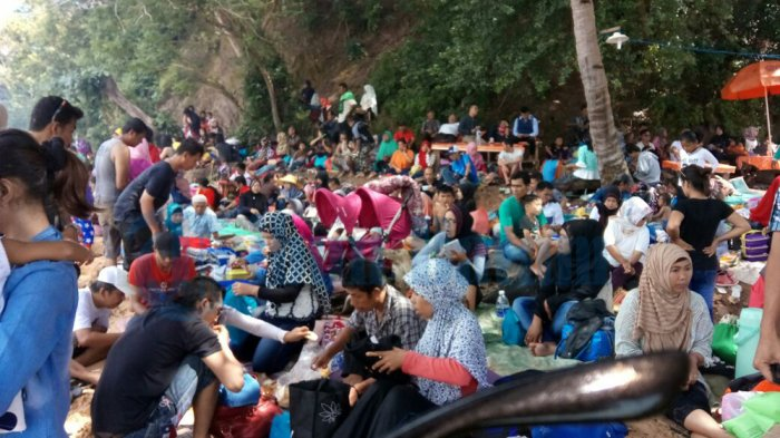 Liburan Tahun Baru, Pantai Tanjung Datuk di Sekupang Penuh Sesak oleh Ribuan Pengunjung