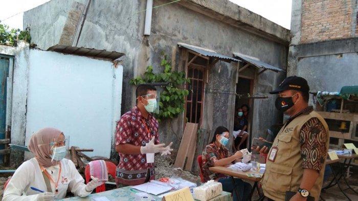PANWASCAM SAGULUNG - Panwascam Sagulung, Perjuangan Sihombing mendatangi TPS 15 di Sungai Langkai, Sagulung, Kota Batam, Provinsi Kepri, Rabu (9/12/2020). Ia berang dengan petugas TPS yang tidak menggunakan alat pengukur suhu tubuh.