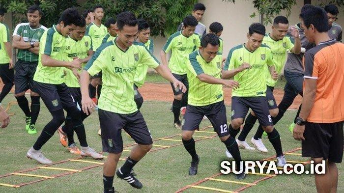 BERITA PERSEBAYA - Pelatih Djanur Bicara Soal Latihan Fisik dan Calon Pemain Asing Bajul Ijo
