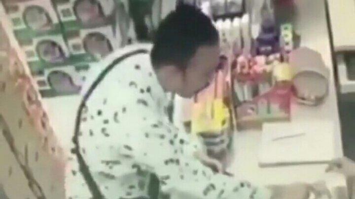 Pasangan Bule Inidengan Santai Ambil Uang, Kasir Minimarket Hanya Diam Lihat Uang Diambil