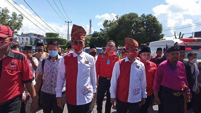 Soerya Respationo-Iman Sutiawan Datangi KPU Kepri, Kompak Kenakan Pakaian Merah Putih