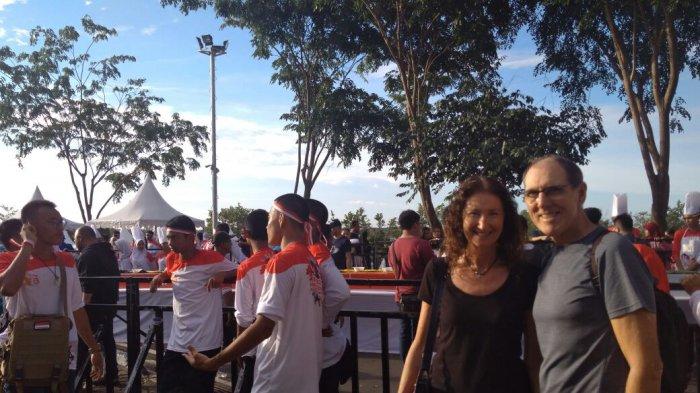 Pasangan suami istri Asal Australia Ini Antusias Lihat Event Funtastic Ragam Indonesia