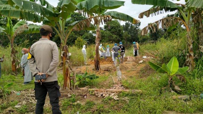 PASIEN COVID-19 MENINGGAL DUNIA - Petugas memakamkan pasien Covid-19 nomor 193 yang meninggal dunia di TPU Km 25 Kijang, Bintan.