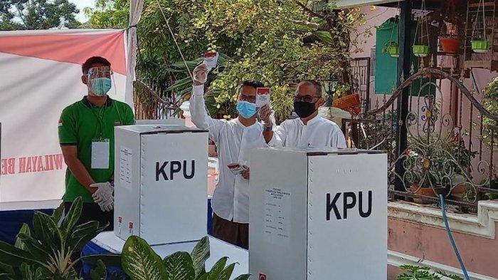 PILKADA KARIMUN - Paslon Pilkada Karimun Iskandarsyah dan Anwar Abubakar saat menggunakan hak pilihnya di TPS 006 Teluk Air, Kabupaten Karimun, Provinsi Kepri, Rabu (9/12/2020).