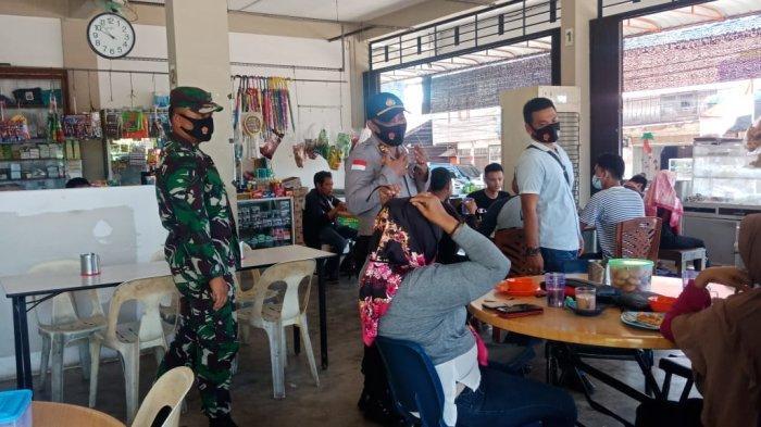 Anggota Polsek Bintan Timur bersama TNI dan Sat Pol PP menggelar patroli mengimbau masyarakat agar terapkan protokol kesehatan.