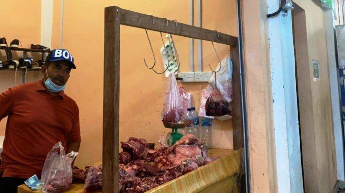 Pedagang daging sapi di Pasar Inpres Tarempa, Anambas, Juliadi, Senin (12/4/2021).