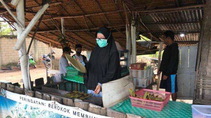 Pedagang otak-otak di Bintan, Robiyah di Desa Teluk Bakau, Kecamatan Gunung Kijang, Kabupaten Bintan, Provinsi Kepri.