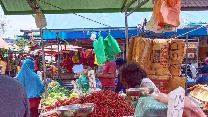 PASAR TOSS 3000 - Seorang pedagang cabai sedang melayani pembeli, Minggu, (29/11/2020) pagi. Harga sejumlah cabai di Pasar Toss 3000 ini melonjak naik. TribunBatam/Ronnye Lodo Laleng.