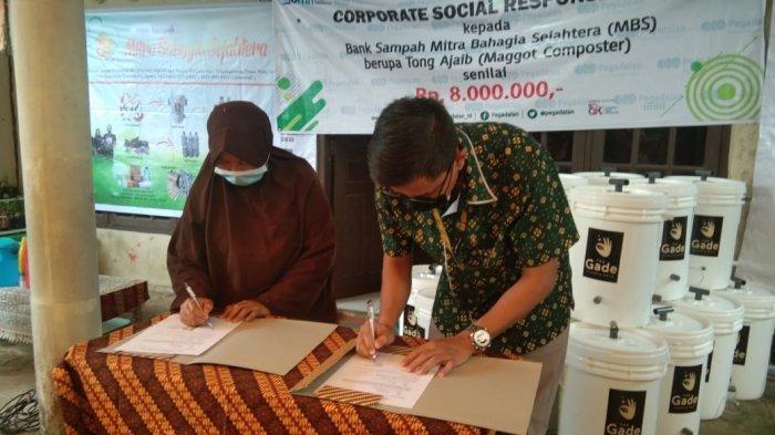 Penandatanganan MoU Bank Sampah MBS dan PT Pegadaian (Persero) sekaligus penyerahan bantuan tong ajaib, Rabu, (03/03/2021) di Perumahan Bintan Permai Jalan Ganet, Kota Tanjungpinang.
