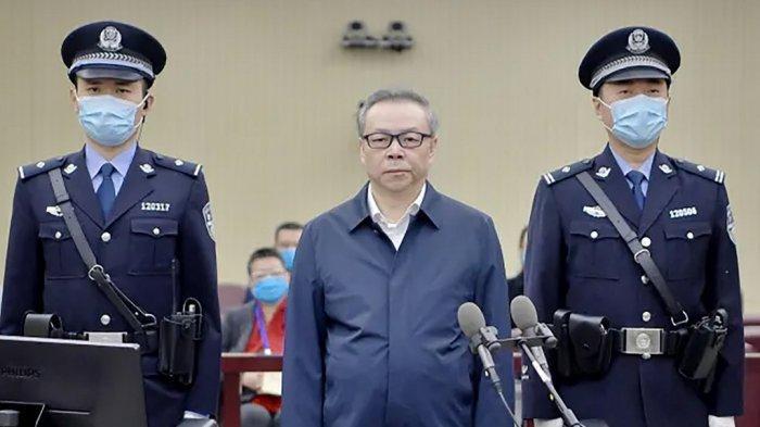 Pejabat China Dihukum Mati - Pengadilan Tianjin menghukum mati Lai Xiaomin (tengah), mantan pemimpin China Huarong Asset Management Co. karena tuduhan suap, korupsi dan bigami ( punya istri simpanan atau istri diluar perkawinan yang diakui negara.