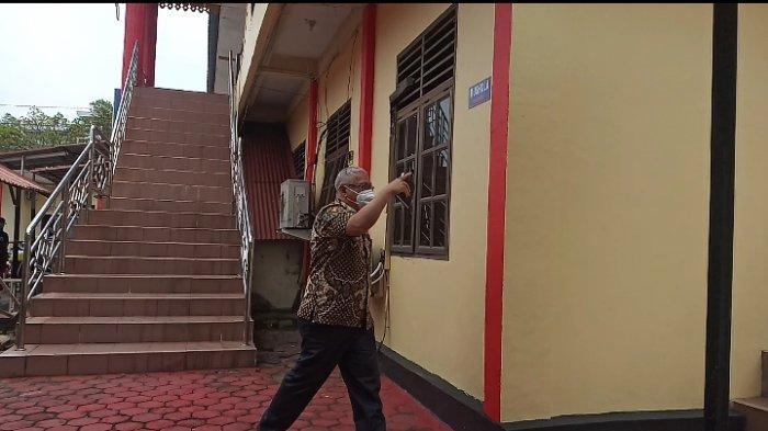 BREAKING NEWS, Dua Pejabat di Bintan Dikabarkan Diperiksa KPK di Polres Tanjungpinang. Foto Kepala Dinas Perpustakaan dan Arsip Bintan, Edi Pribadi di Polres Tanjungpinang, Kamis (25/2/2021).