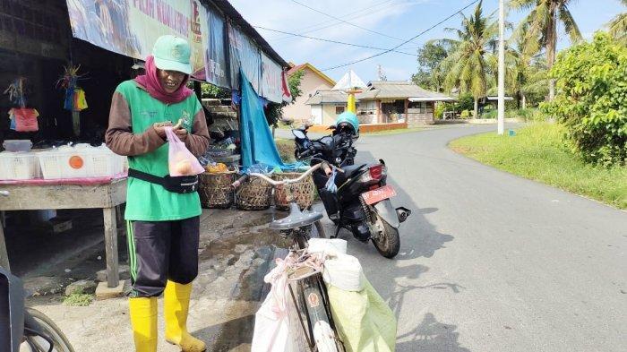Pekerja harian lepas Lingkungan Hidup di Lingga, Yasin, Selasa (20/4/2021).