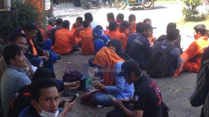 Puluhan Pekerja Kawal Rapat Penetapan UMS 2018 di Kantor Disnaker Kota Batam