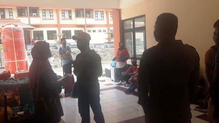 130 PMI Bakal Pulang dari Batam Hari Ini, Kemenhub Siapkan Kapal Khusus. Foto Pekerja Migran Indonesia (PMI) di tempat penampungan sementara Rusun Batamec, Senin (3/5/2021).