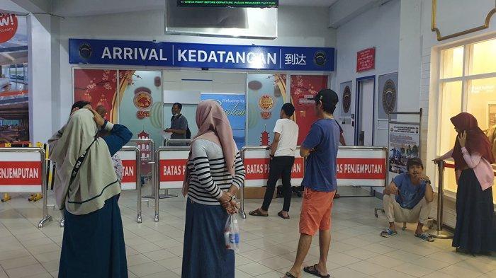Warga Cemas Tunggu Penumpang Feri Malaysia di Pelabuhan Batam Centre,