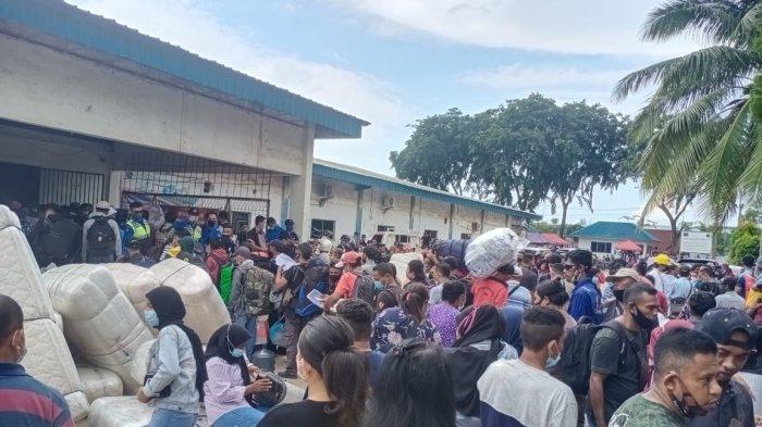 PELABUHAN BATU AMPAR - Calon Penumpang saat antre di depan pintu masuk ruang tunggu Pelabuhan Batu Ampar Batam, Provinsi Kepri, Jumat (28/5/2021).