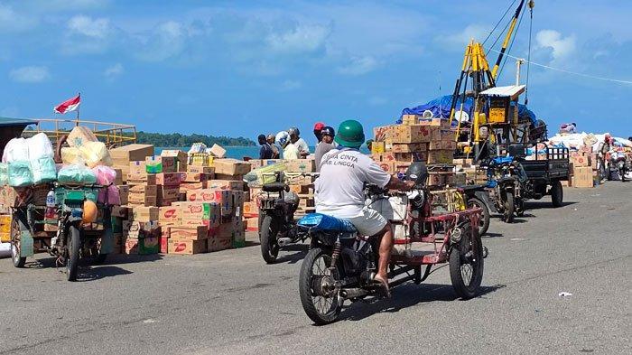 PELABUHAN DABO SINGKEP - Aktivitas di Pelabuhan Dabo Singkep, Kabupaten Lingga, Provinsi Kepri saat kapal dari Jambi masuk beberapa bulan lalu. Sejumlah buruh hingga tukang becak di sana mengeluhkan imbas dari KSOP Jambi yang menahan 8 kapal pengangkut sembako asal Lingga belum lama ini.