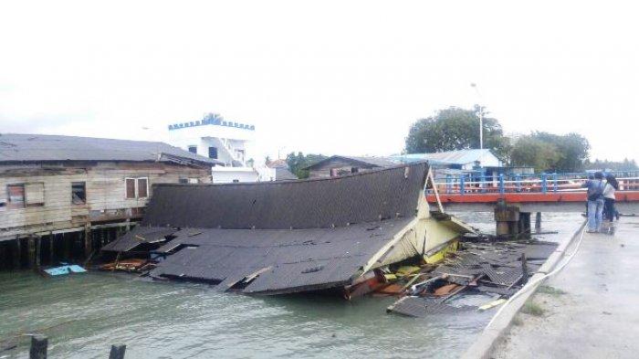 Rumah Ambruk & Jatuh ke Laut di Pelabuhan Tanjunguban. Polisi Temukan Benda tak Terduga di Dalamnya