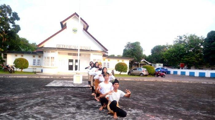 TIK TOK CHALLANGE - Pelajar SMAN 1 Singkep mengikuti Tik Tok Challange. Tampak sejumlah pelajar sedang mengambil video di halaman Gedung Nasional, Kecamatan Singkep, Kabupaten Lingga, Rabu (9/12).