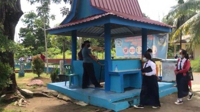 SMPN 5 BINTAN - Calon peserta didik baru saat mendftar ulang di SMP Negeri 5 Bintan. Empat pelajar di sekolah ini diketahui tak naik kelas karena terkendala dalam pembelajaran sistem jarak jauh.